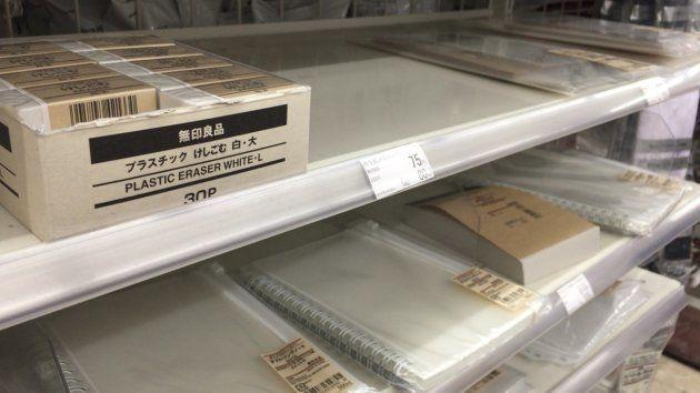 東京都千代田区のファミリマートの「無印良品」の棚(1月29日撮影)