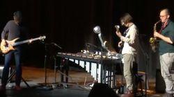 ロボットが木琴を演奏...?バンドで人間とコラボ、一体感が半端ない