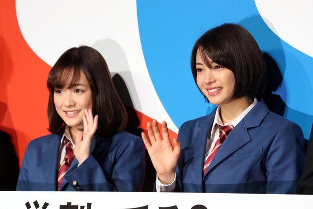 女優の広瀬すずさん(右)と歌手で女優の大原櫻子さん