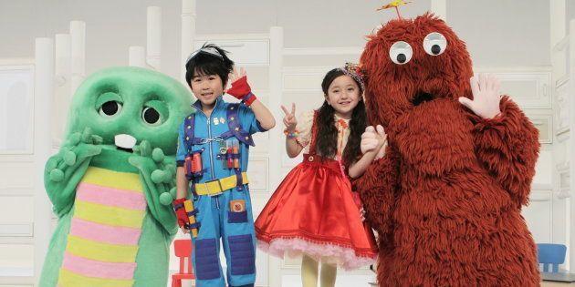 BSフジの子ども番組「beポンキッキーズ」のメインキャストとして登場した人気子役の鈴木福くん(中央左)と谷花音ちゃん(同右)。ガチャピン、ムックと一緒にお披露目の記者会見を行った(東京・港区)