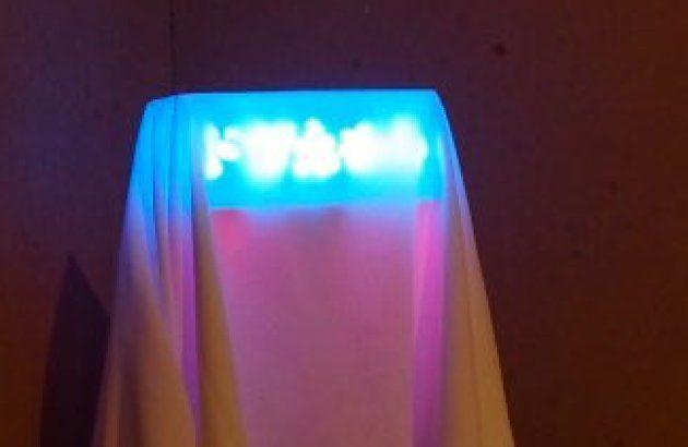 白い布がかぶせられた「ドザえもん」のライトボックス(3月30日撮影)