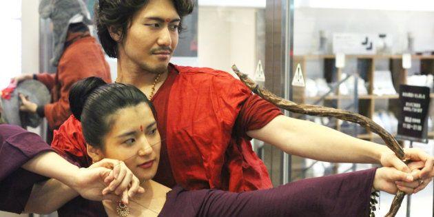 『バーフバリ』の絶叫上映会、熱狂ファンで溢れかえる 民族衣装店にも影響
