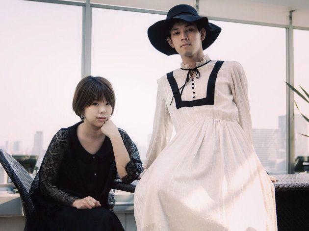 blurorange(ブローレンヂ)の服を試着した男性モデル(右)。