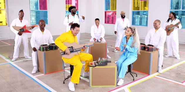 (14日):番組司会者ジミー・ファロンさん(手前左)と人気歌手のアリアナ・グランデさん(手間右)。バンド「ザ・ルーツ」がNintendo