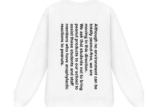 ピーナッツの持ち込みを禁じた理由を説明する校則文を載せたTシャツの後ろ身頃