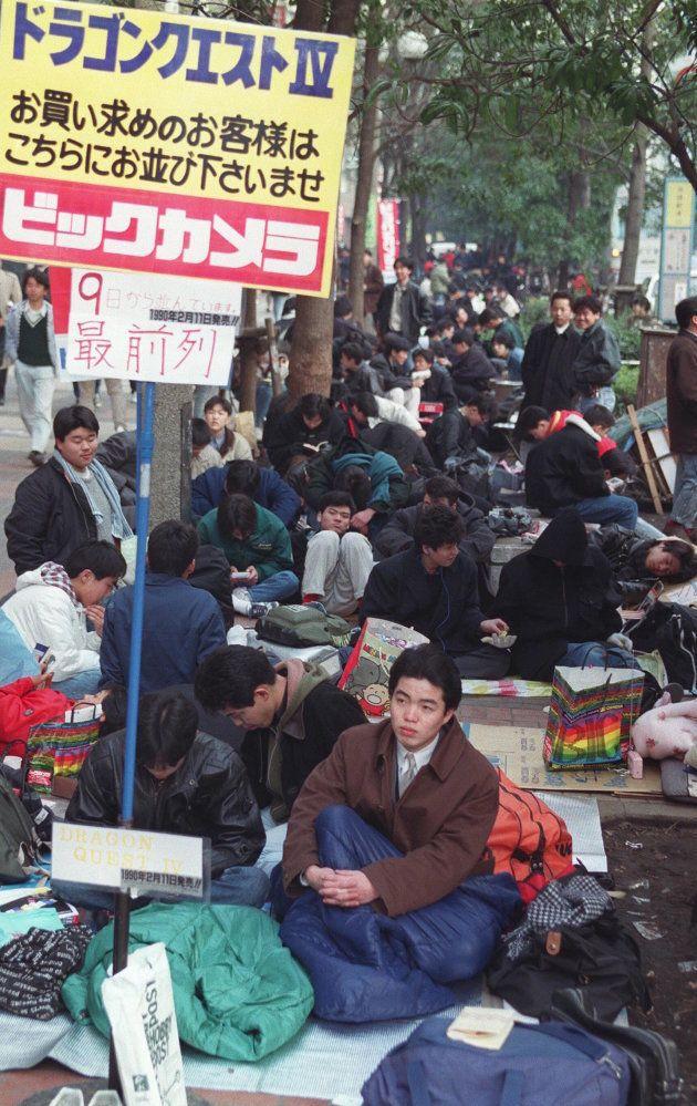 人気コンピューターゲームソフト「ドラゴンクエスト4」を買うため、長い列をつくるファン(東京・JR池袋駅東口)