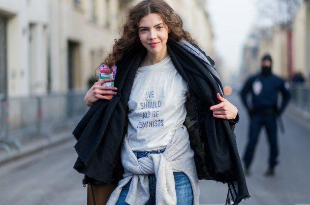 DiorのフェミニストTシャツを着るモデル(2017年1月撮影)