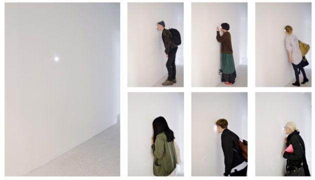 陽の光に照らされた展示会場内を真っ白に塗り、覗き穴のある壁を立てて小さな部屋を作りました。観客の人々がインスタレーションと関わることで、作品が完成します。