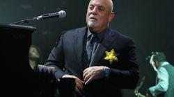 ビリー・ジョエル「ダビデの星」をつけて舞台に立つ