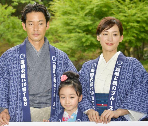 「義母と娘のブルース」の制作発表会見に出席した(左から)竹野内豊さん、横溝菜帆さん、綾瀬はるかさん