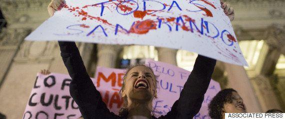 レイプされた女子大生は、キャンパスで犯行現場のマットレスを引きずり回す。真実が明らかになるまで。