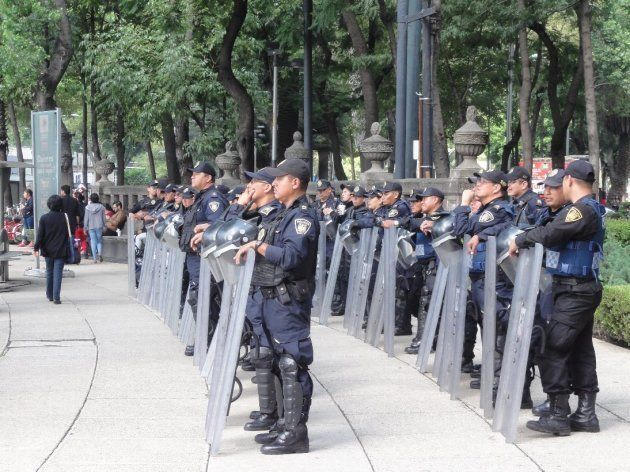 レフォルマ通りに展開された警察部隊(の一部)