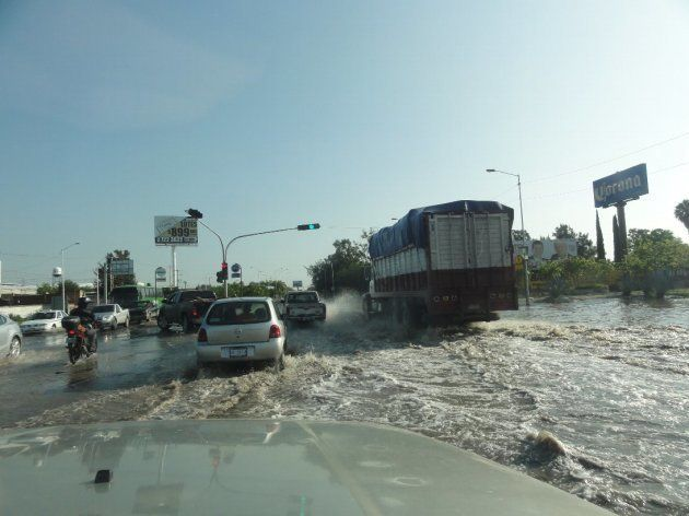 主要道路は洪水状態
