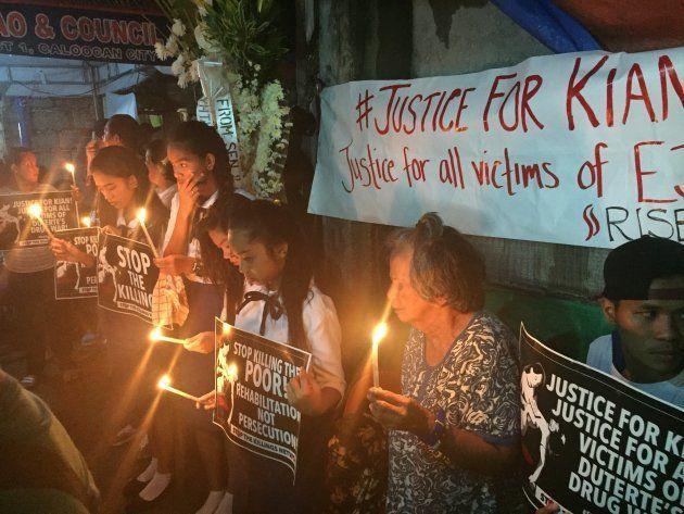 キアンさんの死を悼み、正義を求める高校生ら
