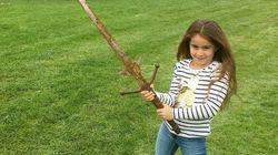 7歳の少女、伝説の湖で聖剣エクスカリバーを発見?