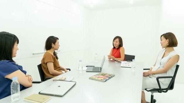 座談会に参加した服部さん(ライター:右)、篠田さん(編集者:右から2番目)、川口(ハフポスト日本版エディター:左から2番目)、川崎(ハフポスト日本版エディター:左)
