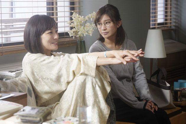 芹香役の板谷由夏(左)と奈美役の篠原涼子(右)