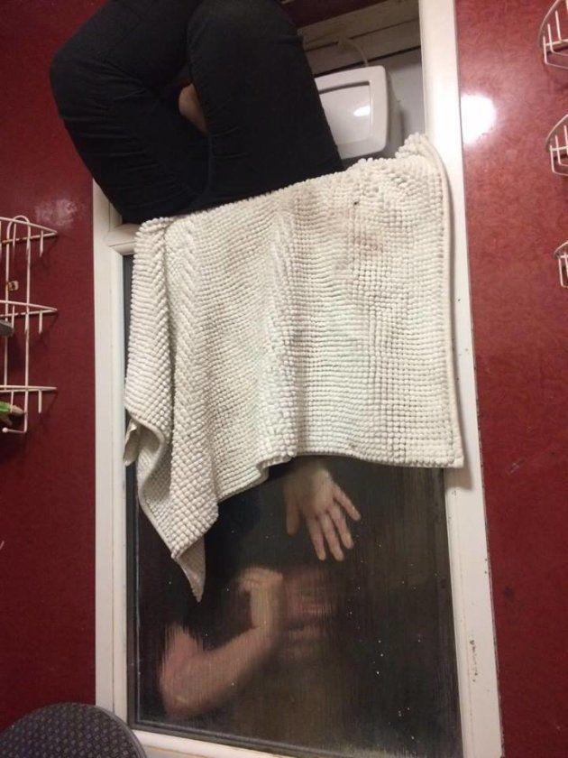 デート相手の家でうんこを窓から投げた女性、窓に挟まれて動けなくなる。なぜ?