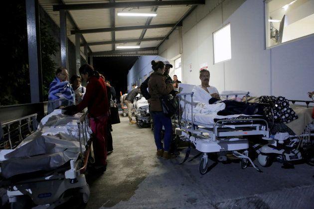 揺れの後、病院の外に避難する人々