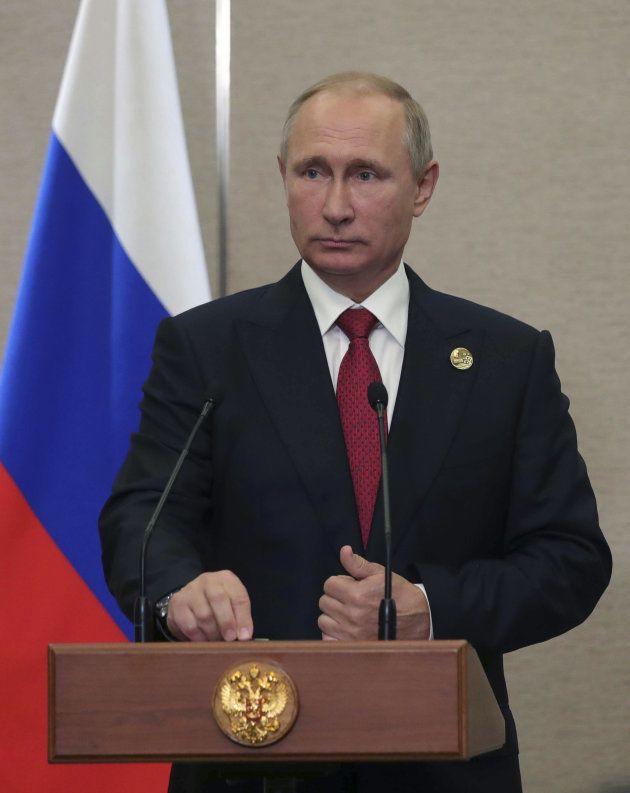 記者の質問を受けるプーチン大統領。記者会見では北朝鮮問題についての質問が出た=9月5日