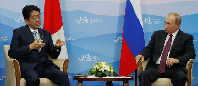 安倍晋三首相と会談するプーチン大統領=9月7日、ウラジオストク