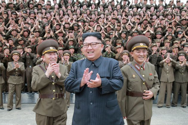 朝鮮人民軍の兵士らと拍手する金正恩氏