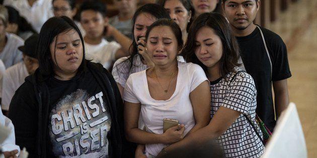 19歳少年の葬儀に参加する同級生ら(2017年9月5日)