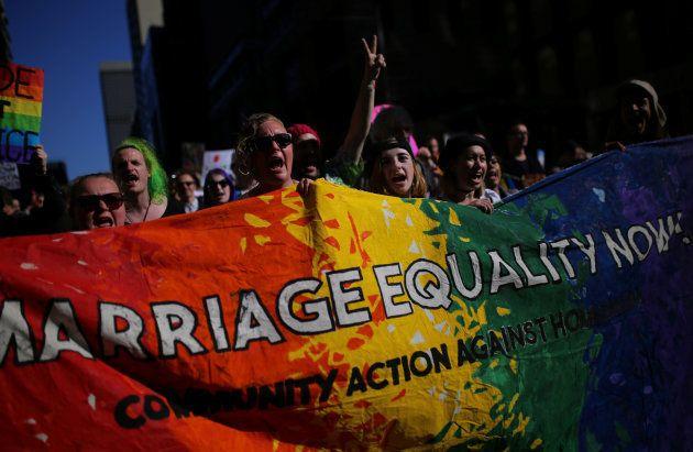同性婚を求めて行進する人たち=9月10日、シドニー