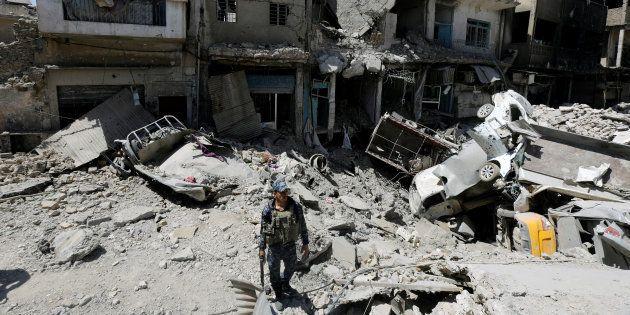 ISの最大拠点だったモスルをパトロールするイラク軍兵士。激しい戦闘で建物は破壊された=8月7日