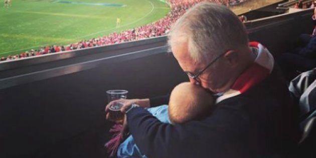 ビール片手に孫抱っこ、豪首相がSNSに写真投稿⇒「無責任」との批判に首相は…