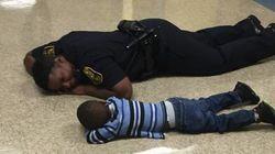 怒って床に突っ伏した男の子。警察官が隣に寄り添い「同じ目線」で見守る