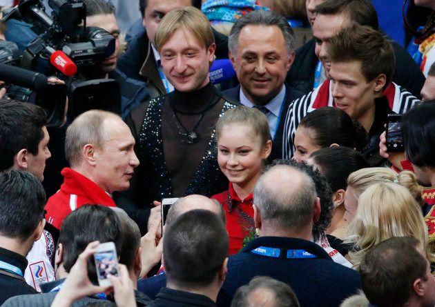 ロシアのプーチン大統領(真ん中左から2人目)から祝福を受けるリプニツカヤ選手(中央)=2014年2月、ロシア・ソチ