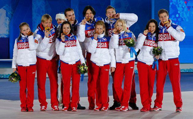 ソチ五輪フィギュアスケート団体戦で金メダルに輝いた、リプニツカヤ選手(左)らロシアチームのメンバー=2014年2月