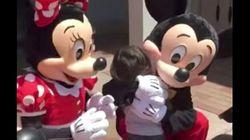 「君が好き」ミッキーとミニーに手話で話しかけられた耳の不自由な男の子、嬉しすぎて...(動画)
