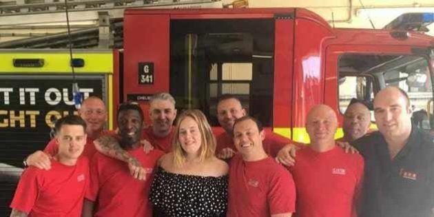 アデル、ロンドン火災の消防士たちにケーキを差し入れる