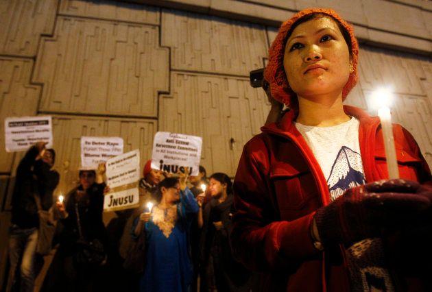 2012年末に発生したバスでの強姦・殺人事件で被害者を追悼する人々