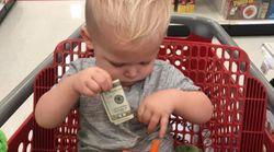 お札を握る子供の画像が「心温まる」と反響を呼んだわけは…