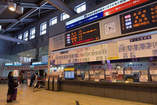 下りは「羽田空港」「三崎口」「浦賀」行きの電車が発車する品川駅。上りの始発駅は「泉岳寺」駅。