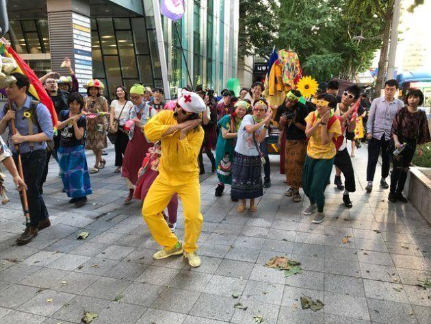 デモで謎の踊りをするYAMAGATA