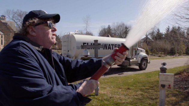 ミシガン州知事宅に向けてフリントの汚染水を放水するムーア