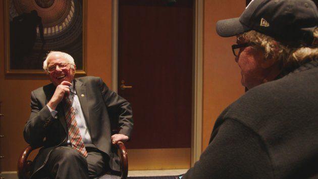 2016年アメリカ合衆国大統領選挙で、労働者階級や若者の支持を集めたバーニー・サンダース上院議員(左)にインタビューするムーア監督