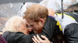 ヘンリー王子、2年振りに再会した97歳の未亡人にキス(画像)