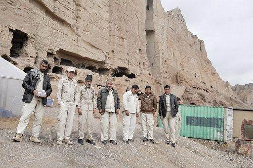 バーミヤン主岩で働く地元のガードマンたち。昼夜二交代制で働く彼らの給料も日本からの支援でまかなわれている。彼らが来ているユニフォームには、ユネスコ・プロジェクトの一環として日本の支援が明記されている。