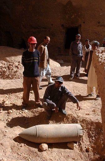 西大仏片保護作業中発見された地中に埋まっていた不発弾。この他にも対戦車地雷や多くの地雷が見つかった。