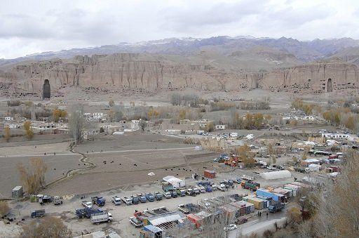 2004年(上)と2014年(下)撮影のバーミヤン渓谷。無秩序開発により農業地帯が大型車の駐車場や資材置き場に変わっている。