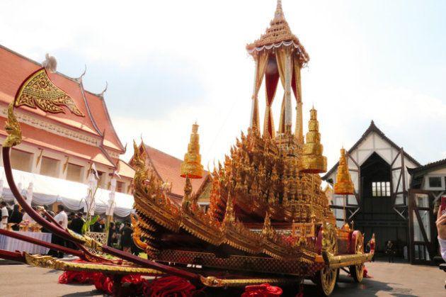 タイのプミポン前国王の葬儀に使われる黄金色の車=21日、バンコク、貝瀬秋彦撮影