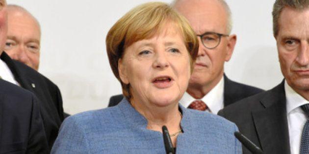 キリスト教民主同盟の党本部で演説するメルケル首相(中央)=ベルリン、24日午後6時55分、吉武祐撮影