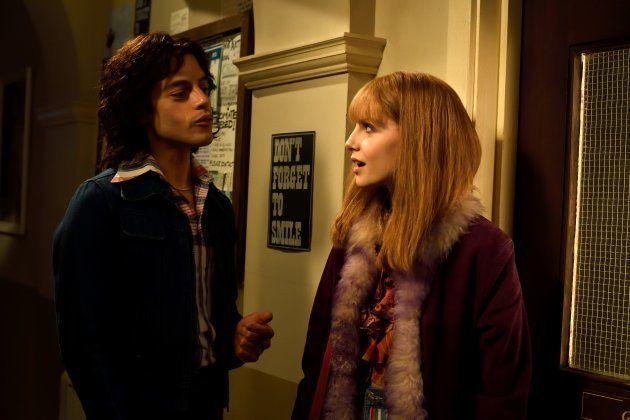 フレディー・マーキュリー(左、ラミ・マレックさん)と、交際していたメアリー・オースティン(ルーシー・ボイントンさん)=「ボヘミアン・ラプソディ」より