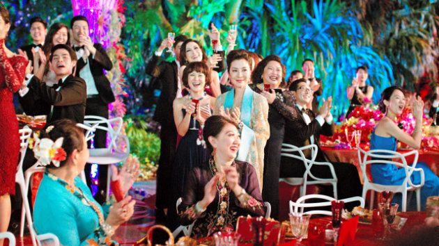 映画「クレイジー・リッチ!」から。結婚パーティーに東南アジア各地からリッチな人々が集まった場面 (C) 2018 WARNER BROS. ENTERTAINMENT INC. AND SK GLOBAL