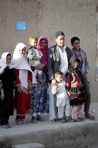 タリバンにより大仏破壊の強制労働を強いられた村人の家族には笑顔が広がっていた。